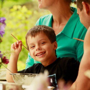 Полноценное вкусное питание - очень важная часть здоровья детей и взрослых. В нашем лагере Хикари мы предлагаем вегетарианское питание с молочными продуктами. Наше меню содержит все необходимые питательные элементы и разнообразие блюд, учитывая потребности детей. Это белки и жиры животного и растительного происхождения, сложные углеводы, клетчатка, витамины.  На кухне Хикари готовим на мягкой карпатской воде, используем натуральные молочные продукты от карпатских коровок, сезонные свежие овощи, фрукты и ягоды.